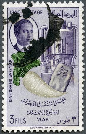 timbre postal: IRAK - alrededor de 1958: Un sello impreso en Irak muestra de remolacha azucarera, la bolsa y el refinado maquinaria, Semana de Desarrollo serie, alrededor de 1958