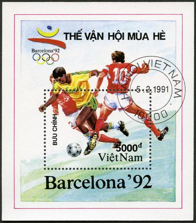 deportes olimpicos: VIETNAM - alrededor de 1991: Un sello impreso en Vietnam muestra Fútbol, ??dedicados verano de 1992 Juegos Olímpicos, Barcelona, ??alrededor del año 1991 Editorial