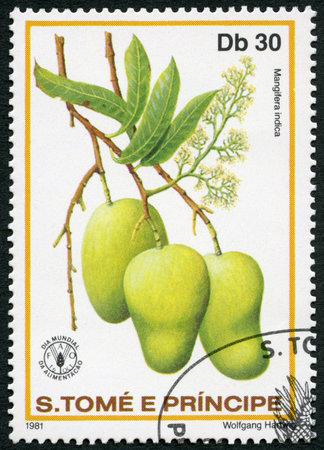 timbre postal: ST. THOMAS Y islas Príncipe - alrededor de 1981: Un sello impreso en St. Thomas y las islas Príncipe muestra Mangifera indica, Mango, series Día Mundial de la Alimentación, alrededor de 1981 Editorial