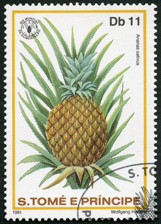 timbre postal: ST. THOMAS Y islas Príncipe - alrededor de 1981: Un sello impreso en St. Thomas y las islas Príncipe muestra Ananas sativus, la piña, la serie Día Mundial de la Alimentación, alrededor de 1981 Editorial