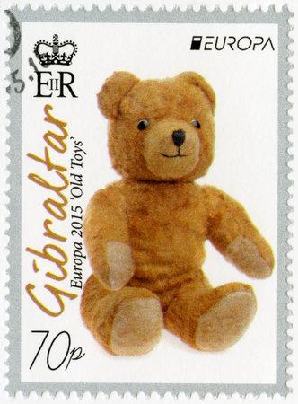 juguetes antiguos: GIBRALTAR - alrededor de 2015: Un sello impreso en Gibraltar muestra el oso de peluche de un juguete de peluche, juguetes viejos de la serie Europa, alrededor del año 2015