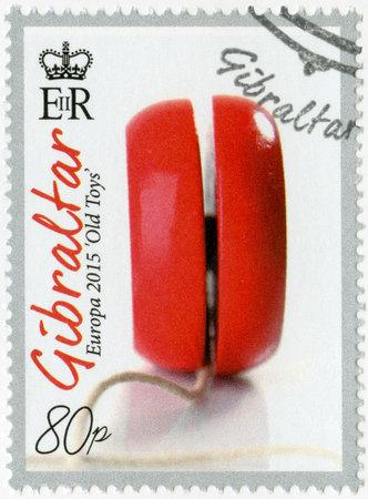 juguetes antiguos: GIBRALTAR - CIRCA 2015: Un sello impreso en Gibraltar muestra Juguete del yoyo, serie Europa Juguetes antiguos, alrededor del a�o 2015