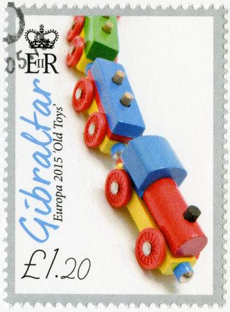 juguetes antiguos: GIBRALTAR - alrededor de 2015: Un sello impreso en Gibraltar muestra el tren de juguete de madera, de la serie Europa juguetes viejos, alrededor de 2015
