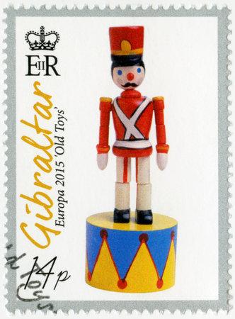 juguetes antiguos: GIBRALTAR - alrededor de 2015: Un sello impreso en Gibraltar muestra el soldado de juguete, juguetes viejos de la serie Europa, alrededor del a�o 2015 Editorial