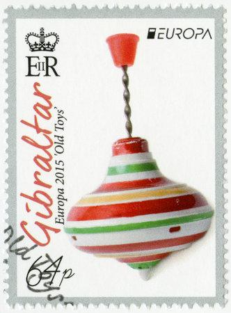 molinete: GIBRALTAR - alrededor de 2015: Un sello impreso en Gibraltar muestra el juguete perinola, la serie Europa juguetes viejos, alrededor del a�o 2015 Editorial