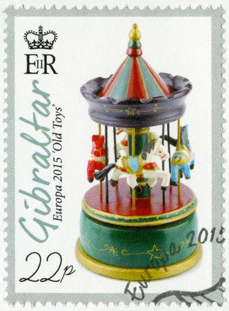 juguetes antiguos: GIBRALTAR - alrededor de 2015: Un sello impreso en Gibraltar muestra el juguete Merry-go-round, serie Europa juguetes viejos, alrededor de 2015 Editorial