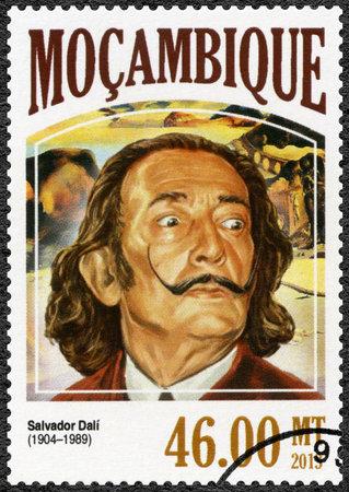 MOZAMBIQUE - alrededor de 2006: Un sello impreso por Mozambique muestra Salvador Dalí (1904-1989), pintor, alrededor del año 2006