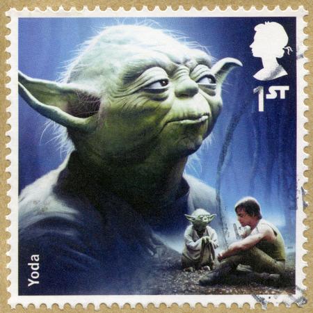UNITED KINGDOM - CIRCA 2015: Eine Briefmarke gedruckt in Großbritannien zeigt Porträt von Yoda, Serie Star Wars, The Force Erwacht, circa 2015 Standard-Bild - 50216566