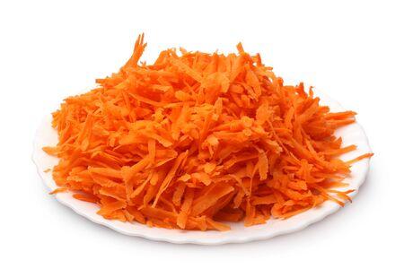 ?  ? carrot: Zanahoria rallada en un plato sobre fondo blanco