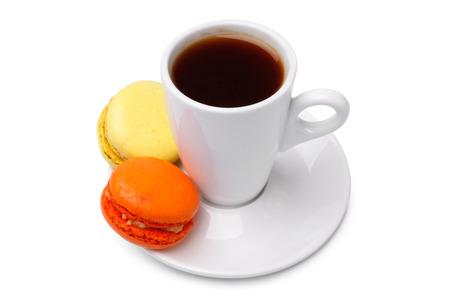 pasteles: Taza de café con macarrones franceses coloridos en el fondo blanco Foto de archivo