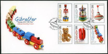 juguetes antiguos: GIBRALTAR - alrededor de 2015: Un sello impreso en Gibraltar muestra juguetes, juguetes viejos de la serie Europa, alrededor del a�o 2015