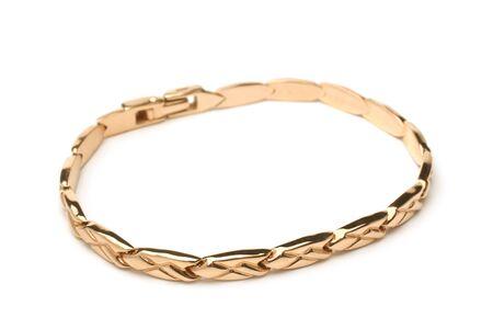 Gouden armband op een witte achtergrond