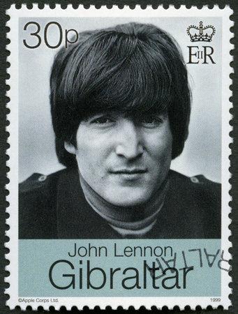 timbre postal: GIBRALTAR - alrededor de 1999: Un sello impreso en Gibraltar muestra a John Winston Ono Lennon (1940-1980), cantante y compositor, alrededor del año 1999