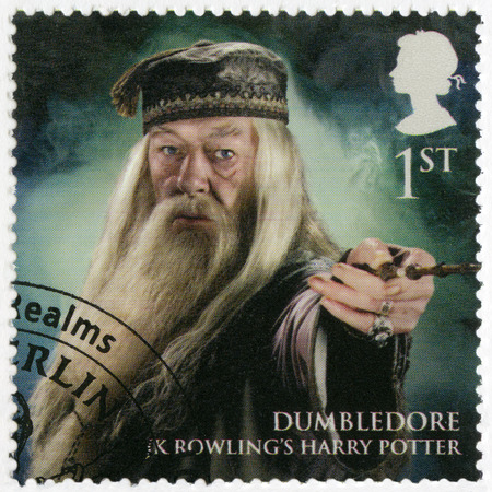 director de escuela: Gran Bretaña - alrededor de 2011: Un sello impreso en Gran Bretaña muestra el retrato del profesor Dumbledore, la serie Magical Realms, alrededor del año 2011 Editorial
