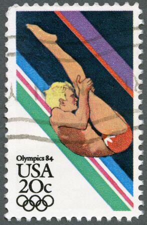 deportes olimpicos: ESTADOS UNIDOS DE AMÉRICA - CIRCA 1984: Un sello impreso en los EE.UU. muestra de deporte, Buceo, Juegos Olímpicos de Los Ángeles, alrededor de 1984 Editorial