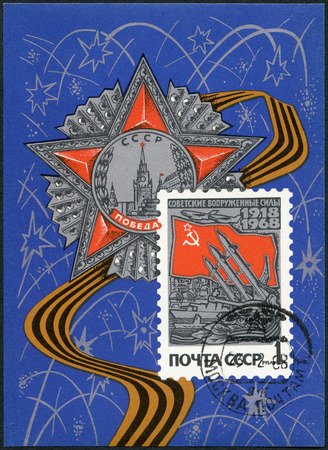 orden: USSR - CIRCA 1968: A stamp printed in USSR shows Modern weapons and Russian flag, 50th anniversary of the Armed Forces of the USSR, circa 1968 Editorial
