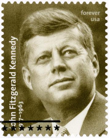 TATS-UNIS D'AMÉRIQUE - CIRCA 2017: Un timbre imprimé aux États-Unis montre Portrait de John Fitzgerald Kennedy (1917-1963), 35e président des États-Unis, vers 2017 Banque d'images - 84240024