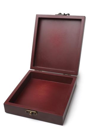 Geöffnete Holzkiste auf weißem Hintergrund