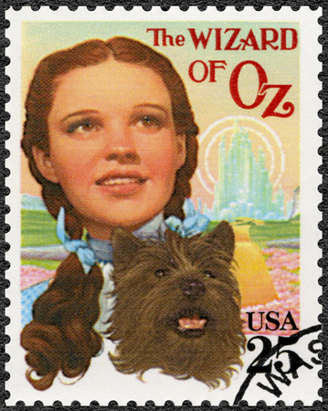 USA - CIRCA 1990: A stamp printed in USA shows Judy Garland (1922-1969) as Dorothy and Toto, The Wonderful Wizard of Oz, Classic Films, circa 1990 Zdjęcie Seryjne - 106399410