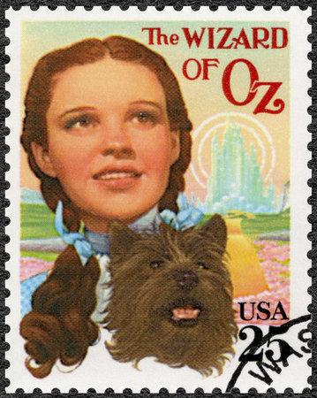 USA - VERS 1990: un timbre imprimé aux Etats-Unis montre Judy Garland (1922-1969) comme Dorothy et Toto, le merveilleux magicien d'Oz, Classic Films, vers 1990 Éditoriale