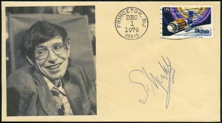 TATS-UNIS D'AMÉRIQUE - VERS 1974: un timbre imprimé aux USA montre SkyLab et Stephen William Hawking (1942-2018), physicien, 1er anniversaire du lancement de Skylab et pour honorer tous ceux qui ont participé aux projets Skylab, vers 1974 Banque d'images - 106399536