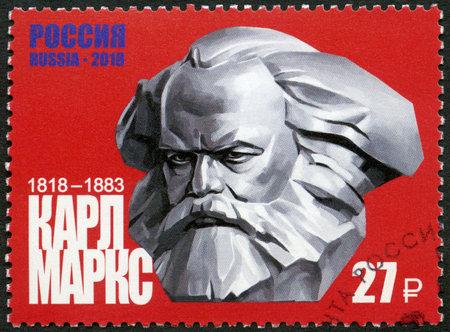 RUSSLAND - CIRCA 2018: Eine in Russland gedruckte Briefmarke zeigt Karl Marx (1818-1883), 200. Geburtstag, Philosoph und Ökonom, circa 2018