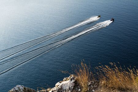 moto acuatica: dos motos de agua flotando en el río