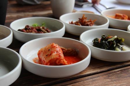 Varie verdure condite coreani servito come contorno