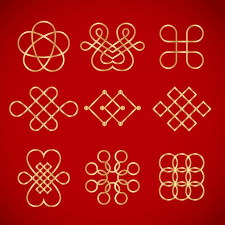 Nudos chinos dorados sobre fondo rojo Foto de archivo - 93686884
