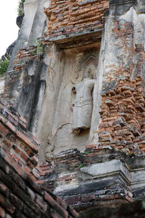 Photo of the main and sub temple of Wat Phra Si Sanphet with a low relief sculpture of Buddha statue. Banque d'images