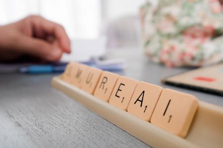 アルファベットのタイルから文字 ' A ' に焦点を当てます。
