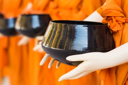 limosna: Modelos Monk s limosnas cuenco Foto de archivo