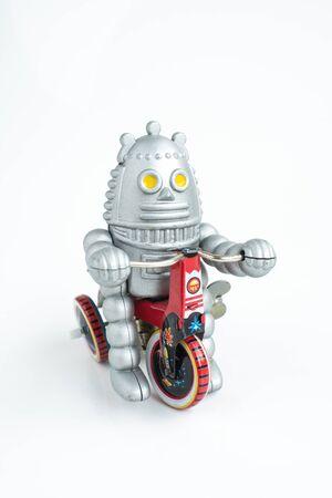 juguetes: viejos juguetes robot cl�sicos, aislados en blanco