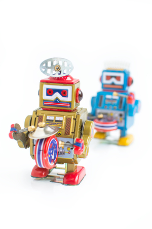 juguetes antiguos: old classic robot toys, isolated on white