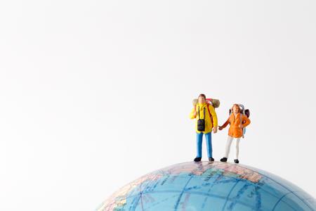Miniatuur model paar reiziger staan samen, mensen reizen in concept, isolatrd op een witte achtergrond.