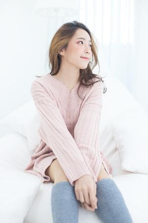 アジアの女性は幸せな感情、人々のライフスタイルの概念でベッドで目を覚ます。