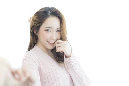 Aantrekkelijke Aziatische de vriendhand van de vrouwenholding met gelukkige emotie. Geïsoleerd op witte achtergrond Stockfoto