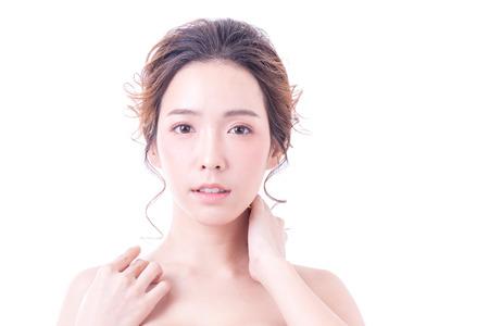 아름 다운 아시아 여자 초상화입니다. 아름 다운 여자 카메라를 찾고입니다. 한국 여성 그녀의 얼굴을 만지고입니다. 청소년 및 스킨 케어 개념을 가진 스톡 콘텐츠