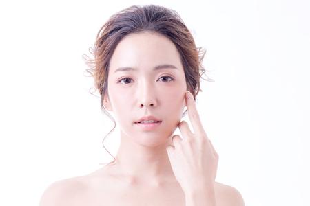 Hermoso retrato de mujer asiática. Hermosa mujer mirando a la cámara. Mujer coreana tocando su cara. Las personas con la juventud y el concepto de cuidado de la piel. aislado en fondo blanco. Foto de archivo - 92661555