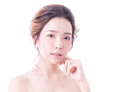 Mooi Aziatisch vrouwenportret. Mooie Vrouw die aan camera kijkt. Koreaanse vrouw aan haar gezicht te raken. Mensen met jeugd- en huidverzorgingsconcept. geïsoleerd op witte achtergrond.