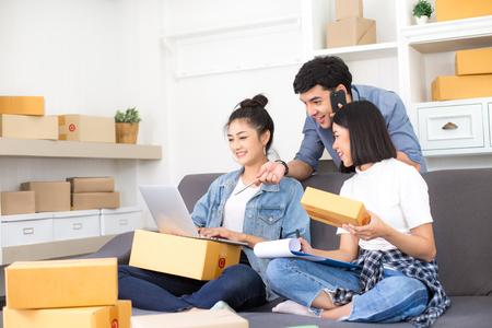 Grupo de povos asiáticos trabalhando juntos para projeto de PME. Inicialização de pessoas jovem proprietário para negócios on-line, PME, projeto de entrega. Conceito de negócio online.