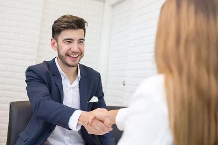 Mann mit Vereinbarung für die Arbeit . Geschäftsmann Handshake mit Frau im Projekt . Menschen mit Vereinbarung Konzept Standard-Bild