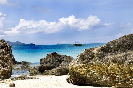 Spiaggia con le rocce in acqua, isola di Boracay Archivio Fotografico - 44057886