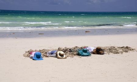 Vacanze estive e vacanze - ragazze che prendono il sole sulla spiaggia Archivio Fotografico - 43906794