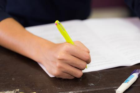 auditoria: Asi�tico derecho bol�grafo para escribir a mano