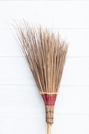 hojas secas: escoba de coco