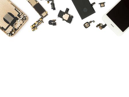 Flat Lay (Bovenaanzicht) van de slimme telefoon componenten isoleren op een witte achtergrond met een kopie ruimte Stockfoto