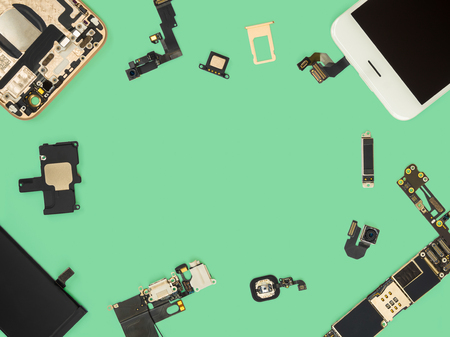 Flat lay (Top view) of smart phone components isolate on green background with copy space 免版税图像