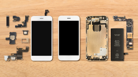 Flat Lay (Top view) of smartphone components on wooden background 免版税图像