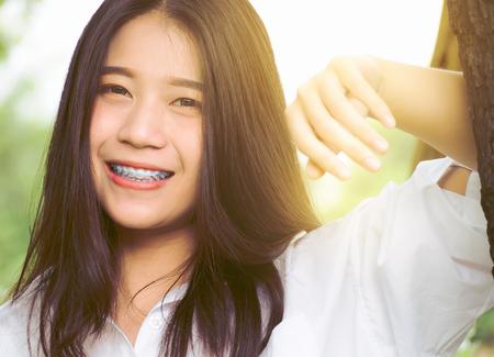 自然の庭で美しい十代少女幸福のクローズ アップの肖像画のイメージ